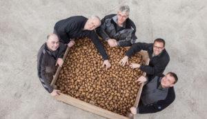 Bild: Die Ackerfrüchtchen-Familien vor großer Kartoffel-Kiste